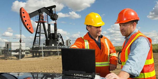 Ingenieros en campo discutiendo sobre la seguridad.