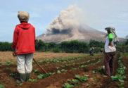 Niño impactado por la erupción de un volcán.